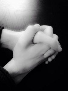knäppta händer